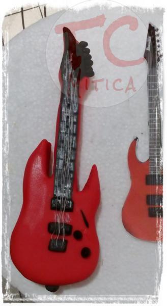 Mini chitarra elettrica per un piccolo appassionato di musica