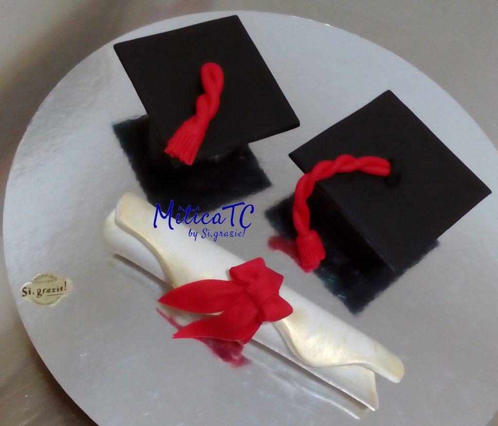 Cappello Laurea e Pergamena arrotolata in pasta di zucchero
